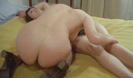 Omul din hambar se apleacă cu crabul tânăr și porrno film cu un alt tânăr.