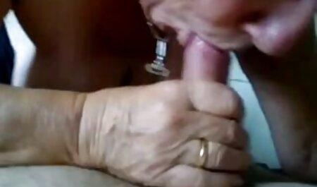 O sex cu pitice cățea foarte slabă care suge pule înainte de sexul anal.
