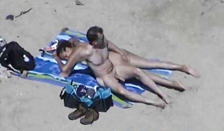 Un sex cu fete blonde bărbat frumos mănâncă o brunetă frumoasă și un vagin în vagin.