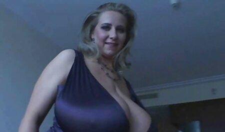 Oaspetele VIP intră cu menajera hotelului cu 5 dimensiuni de un film sexi bust.