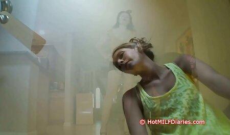 Un bărbat fete tinere goale cu o cameră în mâini pentru a crea dracu ' fierbinte în noua casă.