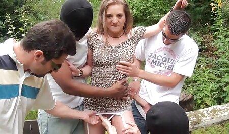 Mama vitregă a invitat-o pe fată să o sex flocoase ajute cu plăcerea penisului.