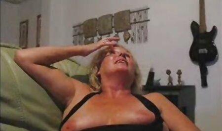 Closeup de o doamna fute un sexpasional ulei gaura cu un vibrator mare