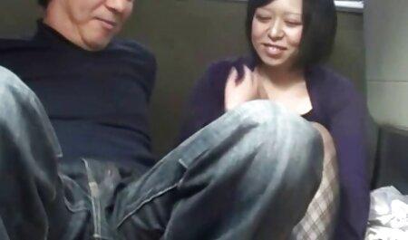 O femeie cu părul roșu de succes femei xnxx și matură seduce tânărul corporal.