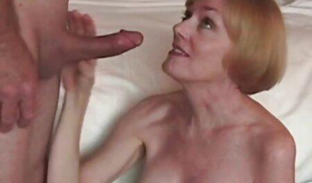 O fată film sexi lrani fictivă vorbește la telefon cu prietenul ei iubit.