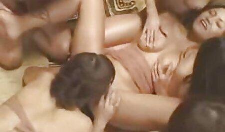 Fată subțire linge tip bile și îi dă fete lizbience fundul