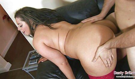 Un iubitor babe care sug pula de banane și organele genitale masculine